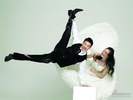 China's most famous gymnastics couple did a wedding spread with Chinese Cosmo magazine.